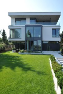 Rodinný dům s hliníkovými okny a dveřmi VEKRA
